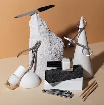 Composición de bodegones de productos para el cuidado de las uñas.