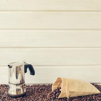Composición de café con cafetera y bolsa