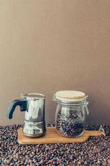 Composición de café con cafetera y jarra en tabla