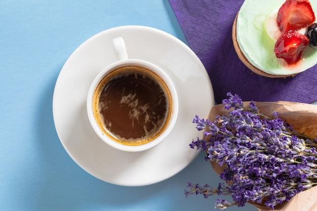 Composición de café con flores sobre la mesa