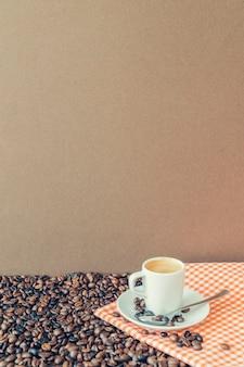 Composición de café con taza en mantel