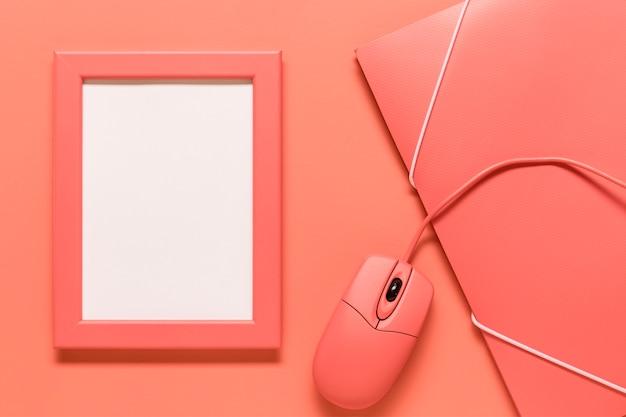 Composición de caja de papel de marco y ratón de ordenador.
