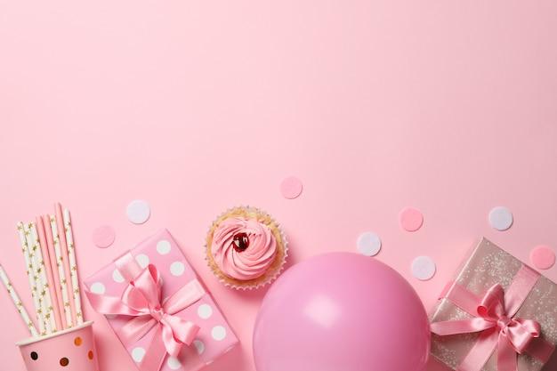 Composición con cajas de regalo y globo sobre fondo rosa, espacio para texto