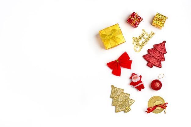 Composición de cajas de regalo rojo y dorado, campana, arco, bola, decoraciones, santa claus aislado en blanco
