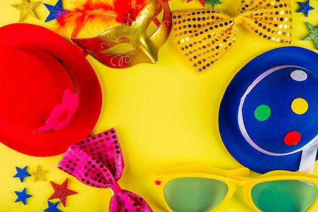 Composición de carnaval colorida con máscaras