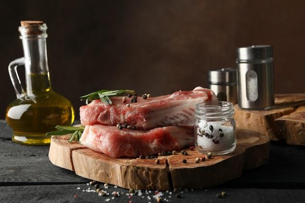 Composición con carne cruda e ingredientes. concepto de bistec de cocina