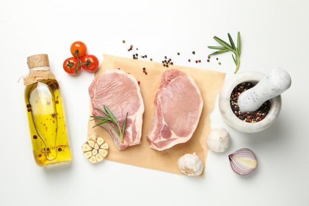 Composición con carne cruda e ingredientes, vista superior