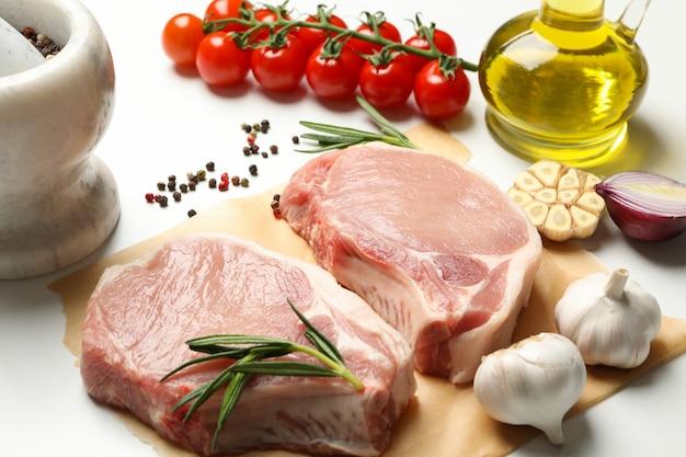 Composición con carne cruda para filete e ingredientes.