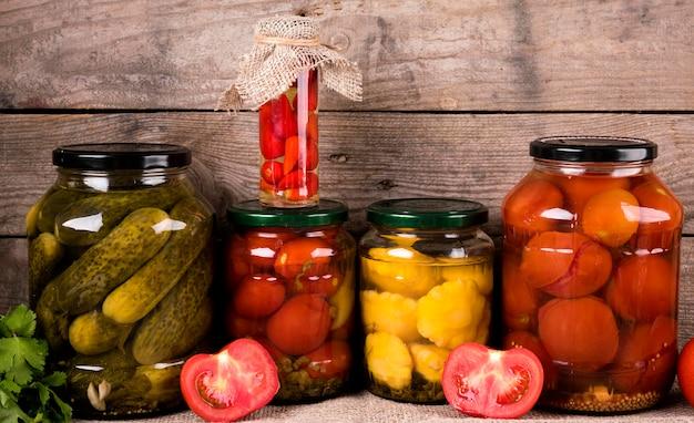 Composición casera de verduras en conserva