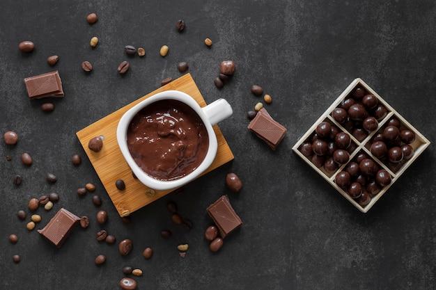 Composición de chocolate sobre fondo oscuro