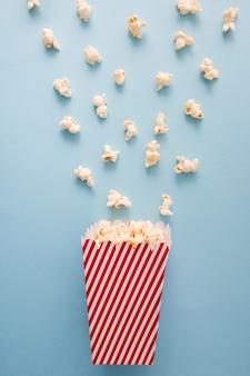 Composición de cine sobre fondo azul