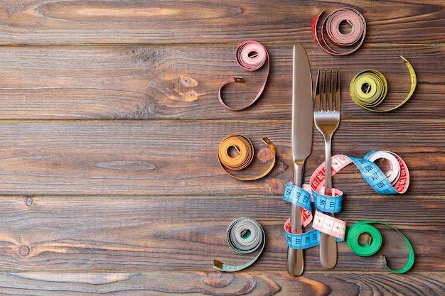 Composición de cintas métricas de colores.