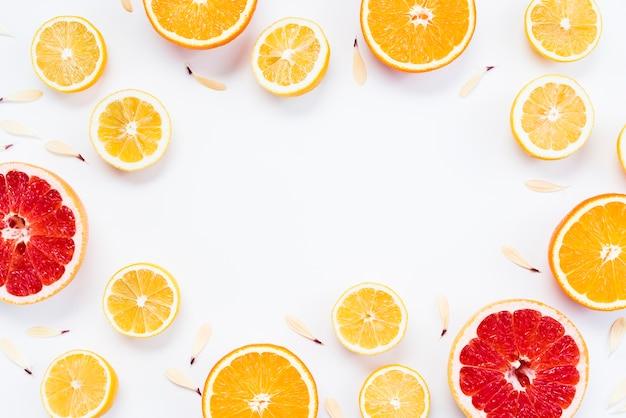 Composición cítrica de frutas tropicales coloridas en rodajas