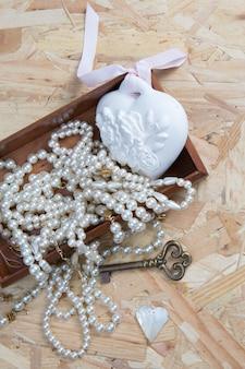 Composición con collar y decoración de diseño vintage.
