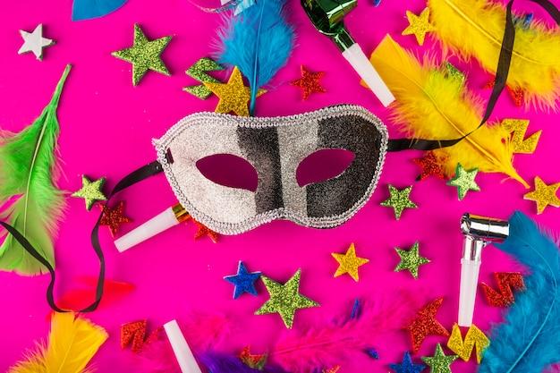 Composición colorida de carnaval con máscaras