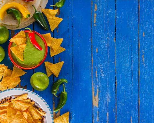 Composición colorida de comida mexicana
