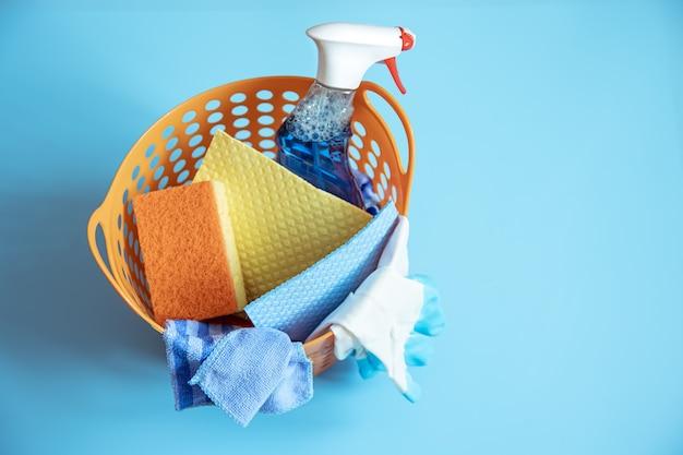 Composición colorida con esponjas, trapos, guantes y detergente para limpiar de cerca. concepto de servicio de limpieza.