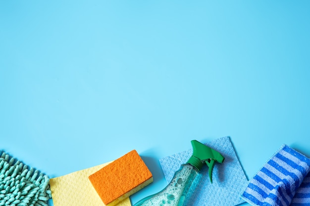 Composición colorida con esponjas, trapos, guantes y detergente para limpieza general. concepto de servicio de limpieza.