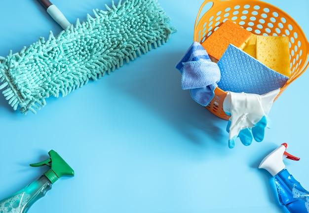 Composición colorida con fregona, esponjas, trapos, guantes y detergentes para limpieza general. fondo de concepto de servicio de limpieza