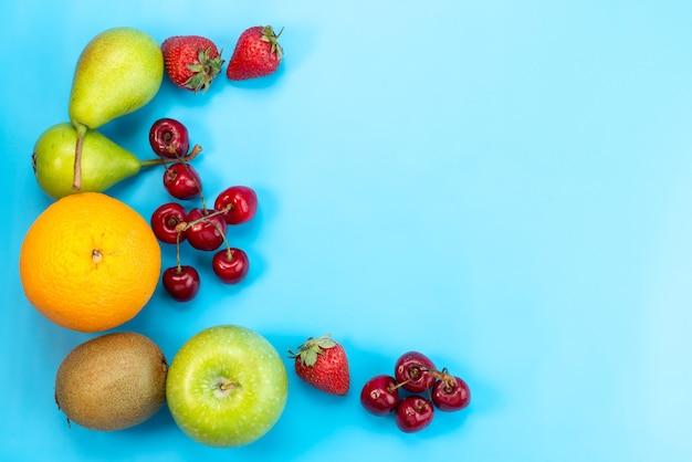 Una composición colorida de frutas frescas de vista superior aislada en azul, color de fruta suave