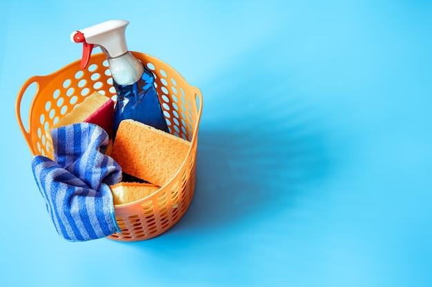 Composición colorida con un juego de esponjas limpiadoras brillantes y agente limpiador. concepto de servicio de limpieza.