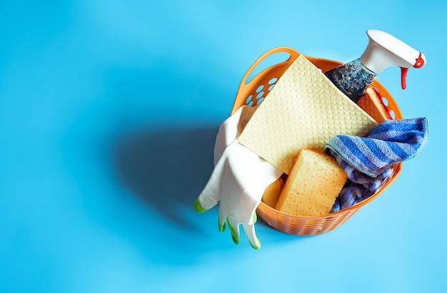 Composición colorida con un juego de esponjas limpiadoras brillantes y agente limpiador. fondo de concepto de servicio de limpieza