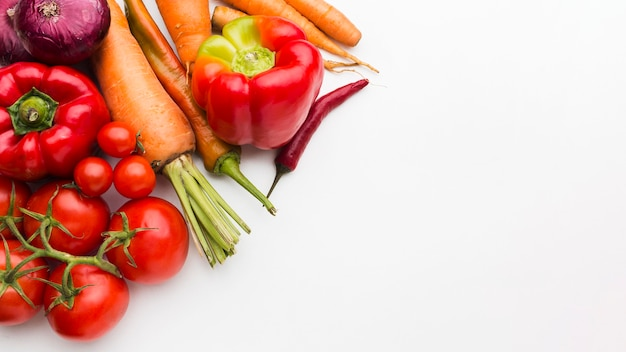 Composición colorida laicos plana de verduras con espacio de copia