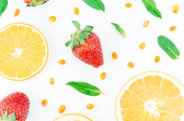 Composición comestible fresca en el fondo blanco