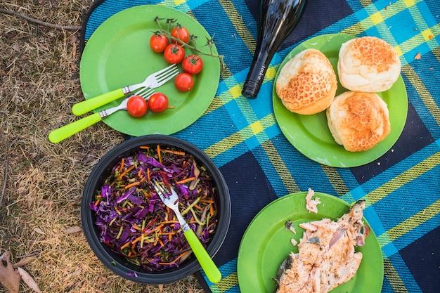 Composición de comida de picnic y vino