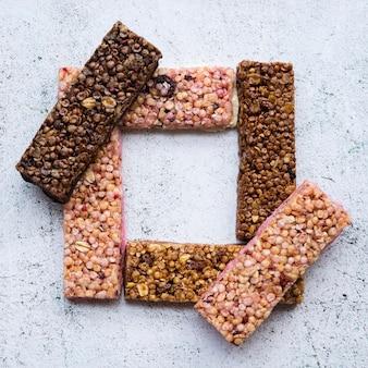 Composición de comida sana con barras de proteinas