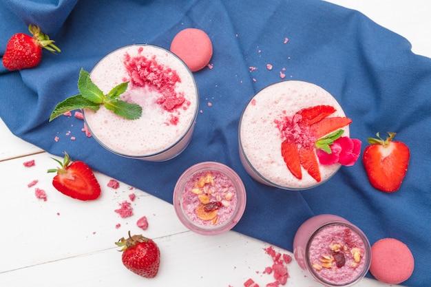 Composición con comida sana. desayuno de fresas y yogurt en la mesa