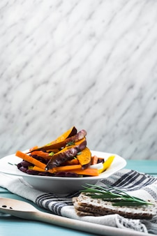 Composición de comida sana con ensalada fresca