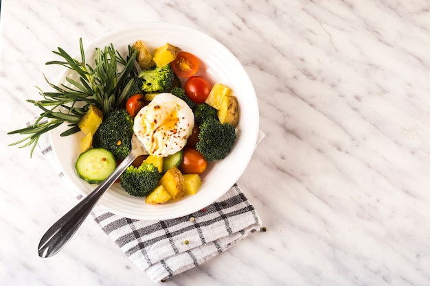 Composición de comida sana con ensalda fresca