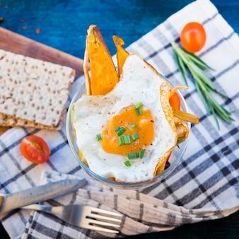Composición de comida sana con huevo frito