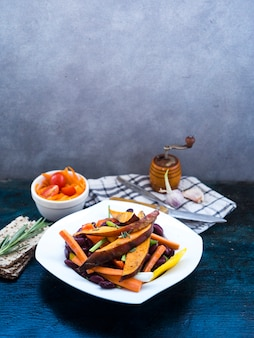 Composición de comida sana con utensilios de cocina
