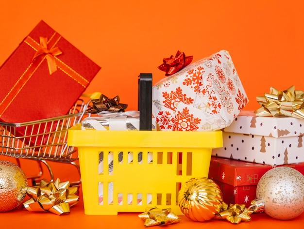 Composición de compras de navidad con cesta