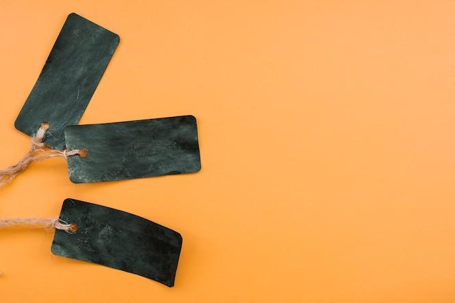 Composición con tarjetas de papel negro sucio