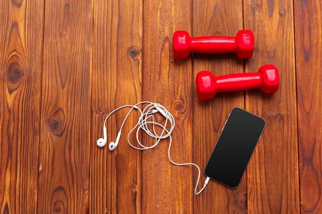 Composición de concepto de estilo de vida saludable y deporte en vista superior de madera