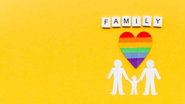Composición para el concepto de familia lgbt sobre fondo amarillo con espacio de copia