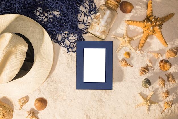 Composición de conchas marinas de sombrero de pizarra y red de pesca en y