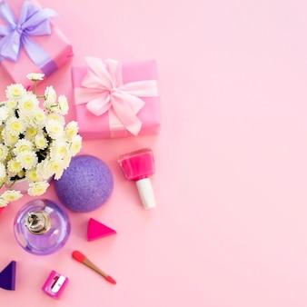 La composición de un conjunto de accesorios para mujer, artículos cosméticos, coctel de regalo.