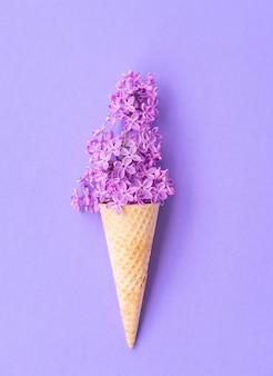 Composición de cono de helado con flores de color lila púrpura