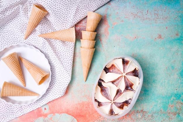 Composición de conos de waffle y helado.