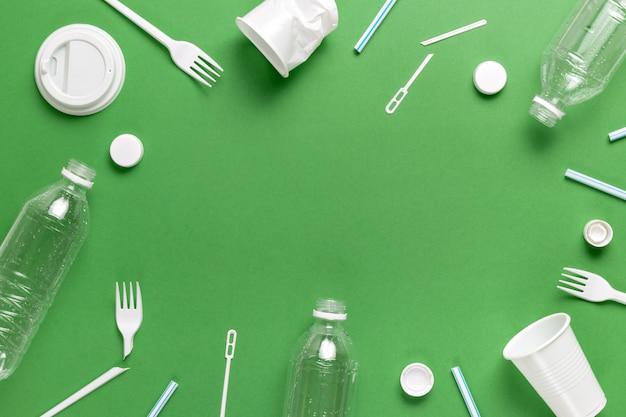Composición de la contaminación por residuos plásticos. clasificación y reciclaje. envases desechables. concepto ecológico. lay flat, vista superior, espacio de copia.