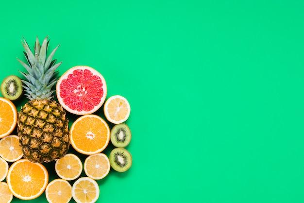 Composición de corte mixto de coloridas frutas tropicales.