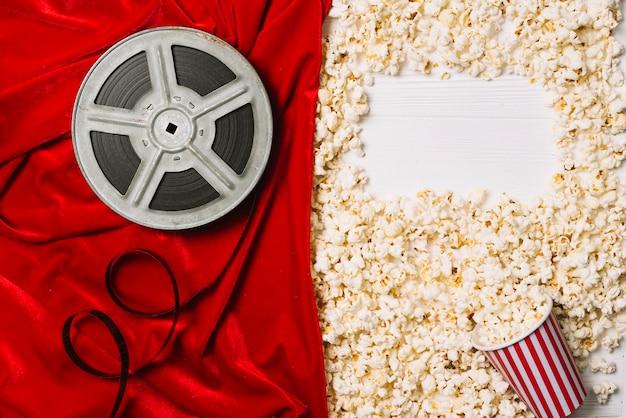 Composición de cosas de palomitas de maíz y cine
