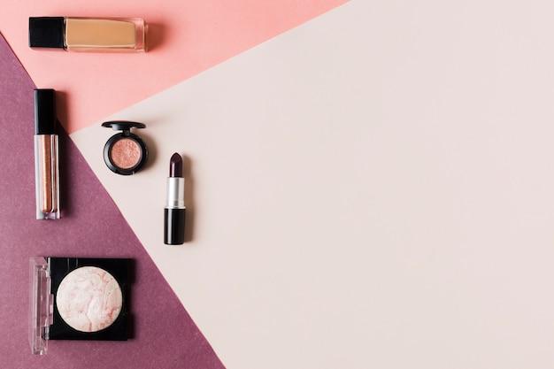 Composición de cosmética arreglada para mujer.