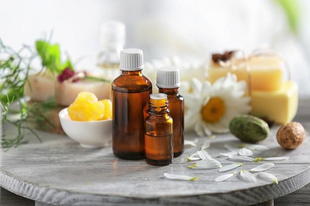Composición con cosmética natural y flores de manzanilla en mesa