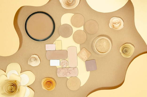 Composición de cosméticos desnudos sobre fondo beige.