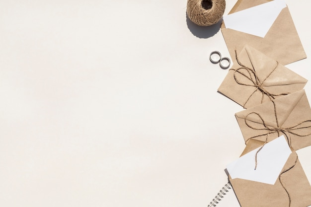 Composición creativa para bodas con espacio de copia